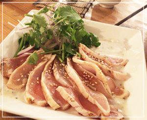 香菜の風味濃厚な、阿波尾鶏のたたき。おーいしー!
