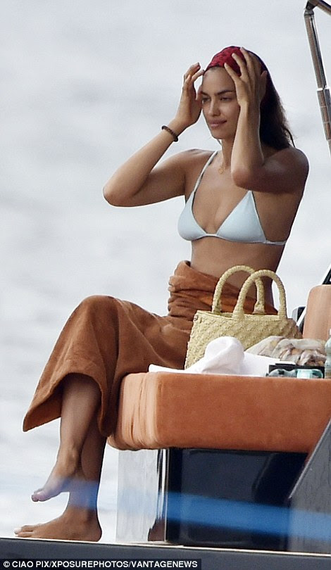 Manter as coisas em cheque: O modelo ajustado seu cabelo enquanto ela secava com uma toalha após seu mergulho na Medittereanean