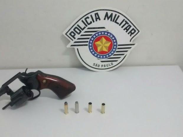Arma e munições foram apreendidas com um homem  em Sorocaba (Foto: PM/Divulgação)