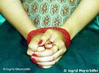Symbolbild Zwangsheirat - gebundene Hände