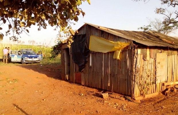 Casal foi encontrado acorrentado em barraco abandonado às margens da rodovia em Mineiros, Goiás (Foto: Divulgação/PM)