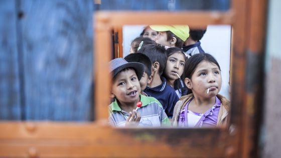 Unos niños en el interior de la cárcel de Cochabamba esperan la llegada del autobús.