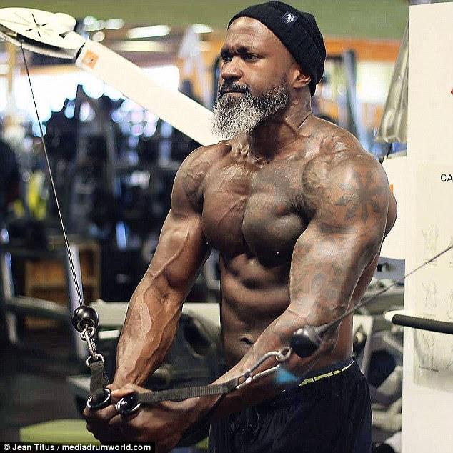 Titus dijo que era un niño flaco antes de subir al levantamiento de pesas en la universidad como estudiante atleta: hace más de tres décadas