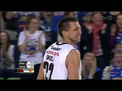 video que muestra a un jugador de baloncesto metiendo Una Canasta Imposible!