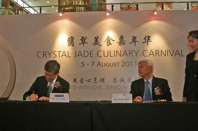 Crystal Jade Culinary Concepts Holding Chairman and CEO Mr Ip Yiu Tung and Mr James Quek, Executive Director of World Vision Singapore sign an MOU to commit raising S$100,000 for the charity