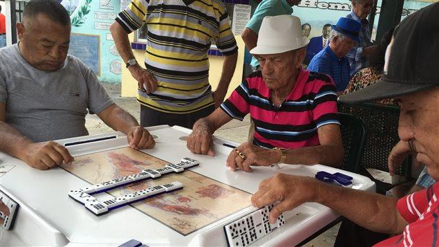 Des joueurs de domino dans un parc de la Petite Havane, à Miami