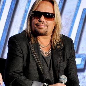 Vince Neil passou mal durante show do Mötley Crüe e foi hospitalizado