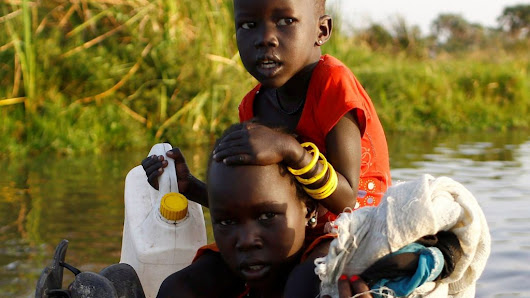 South Sudan conflict: The hungry emerge from swampland for aid - BBC News