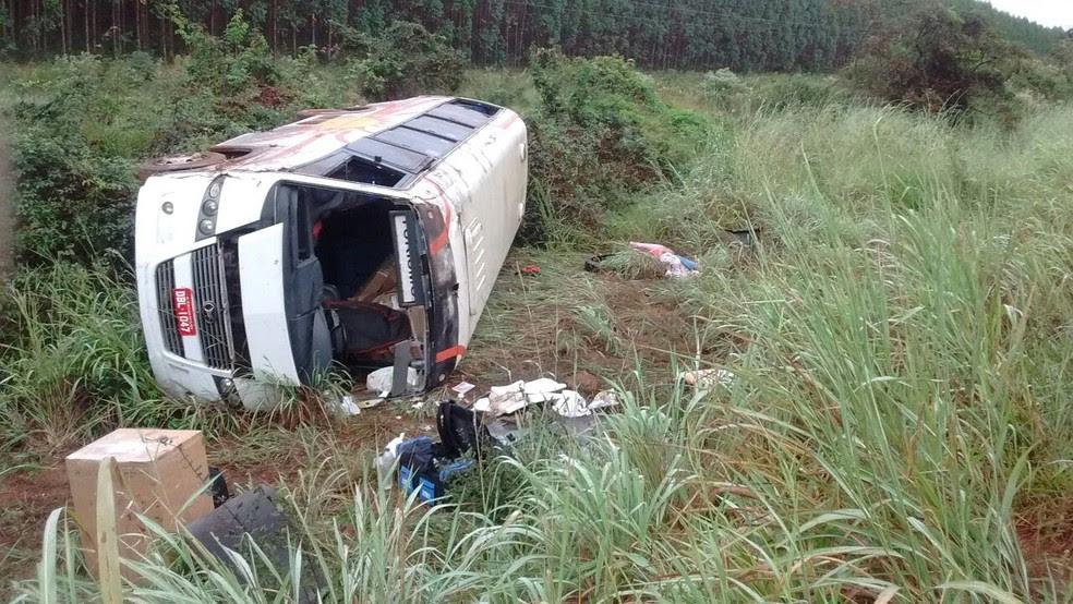 Ônibus capotou próximo a Vale das Cancelas (Foto: Samu/Divulgação)