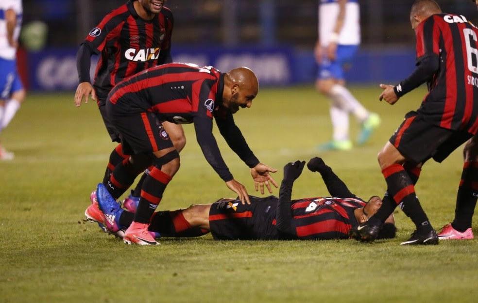 Jonathan, à esquerda, vê Atlético-PR cada vez mais forte (Foto: Jonathan Campos/ Gazeta do Povo)
