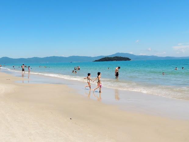 Canasvieiras, no Norte da Ilha de Santa Catarina, é uma das praias mais frequentadas por Argentinos (Foto: Géssica Valentini/G1)