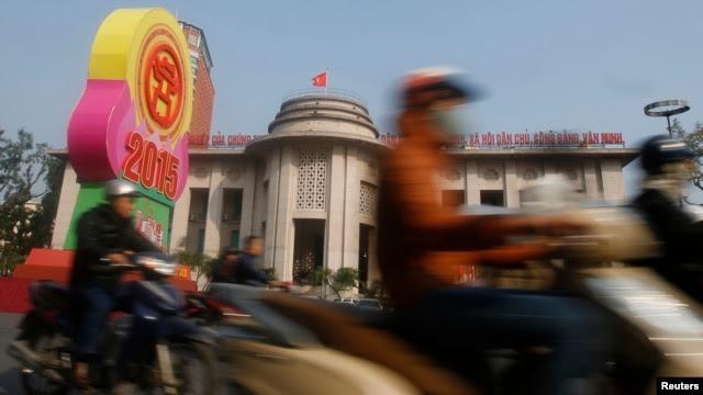 Bảng hiệu đón năm mới 2015 phía trước trụ sở Ngân hàng Nhà nước Việt Nam tại Hà Nội, ngày 23/12/2104.