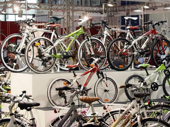 Bici esposte ad un salone dedicato al ciclismo (Ansa)