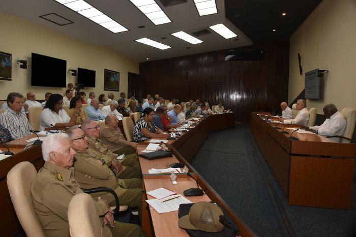 En la reunión del Consejo de Ministros participaron, a través de videoconferencia, las máximas autoridades del Partido y el Gobierno de todas las provincias y municipios del país. Foto: Estudios Revolución