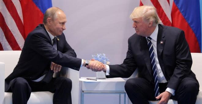 Putin y Trump se dan la mano durante su reunión. REUTERS/Carlos Barria
