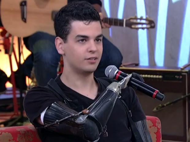 Pedro Pimenta usa próteses para braços e pernas (Foto: Encontro com Fátima Bernardes/TV Globo)