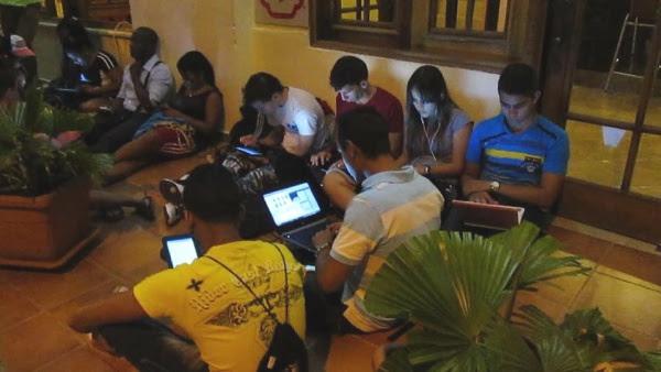 Jóvenes cubanos conectados a Internet gracias al wifi compartido por Leinier (foto cortesía del autor)