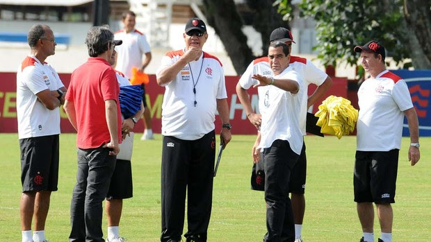 Zinho com comissão técnica Flamengo (Foto: Alexandre Vidal / Fla Imagem)