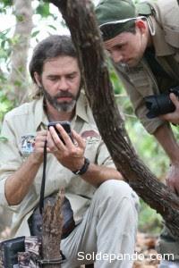 Arnaud Desbiez y Danilo Kluyber miran las imágenes en la cámara trampa.   Foto: El Proyecto Armadillo Gigante del Pantanal.