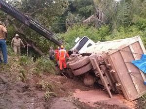 Caçamba caiu no acostamento da BR-135 (Foto: Divulgação/PRF)