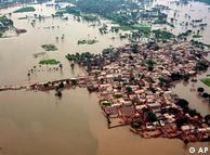 A cidade de Mehmud Kot, praticamente submersa devido às chuvas