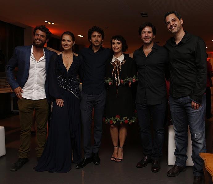 Murilo e Débora posam com parte do elenco (Foto: Ellen Soares/Gshow)
