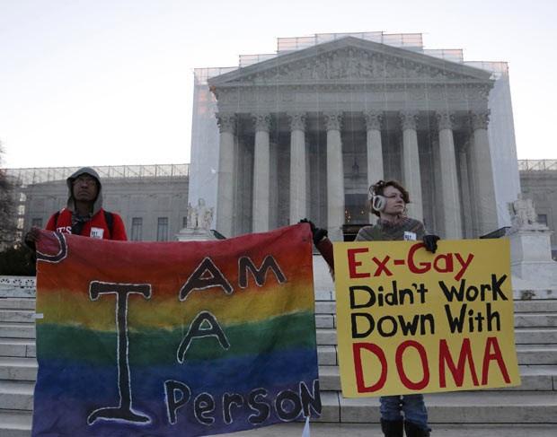 Ativistas pró-casamento gay fazem vigília diante do prédio da Suprema Corte dos EUA nesta terça-feira (26) em Washington (Foto: AFP)