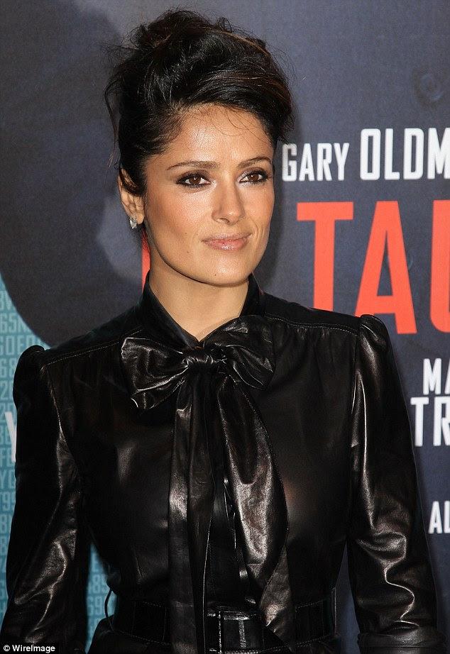 Gato de Botas: A atriz vestiu um arco bichano como parte de seu vestido de couro skin-tight belted