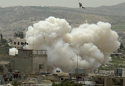 """צה""""ל תוקף בבית לחם במבצע חומת מגן. """"זוכר רק את החברים שלי שנהרגו"""" (צילום: איי פי)"""