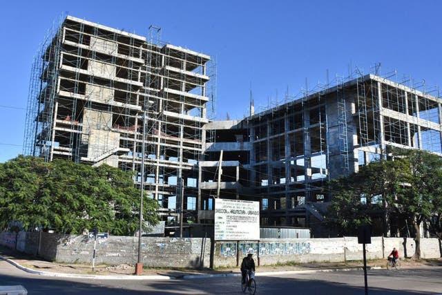 Esqueleto. Edificio sin concluir de la Legislatura, en la que el oficialismo tiene mayoría absoluta y funciona como extensión del Poder Ejecutivo; las obras están paralizadas desde hace 15 años