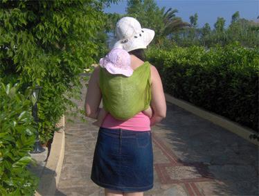 Βόλτα με το μωρό, καπέλα και για τις δυο μας κάτω απ' τον καλοκαιρινό ήλιο!