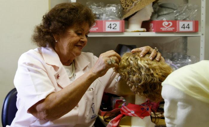 O ideal é que as pessoas doem, no mínimo de 15 a 17 cm de cabelos. Foto: Blenda Souto Maior/DP