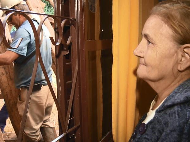 Soja ficou esparramada à beira da janela de Vicentina Rodrigues (Foto: RPC Maringá/Reprodução)