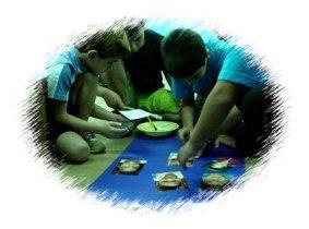 Inclusive - alunos fazendo arte e pinturas no chão.
