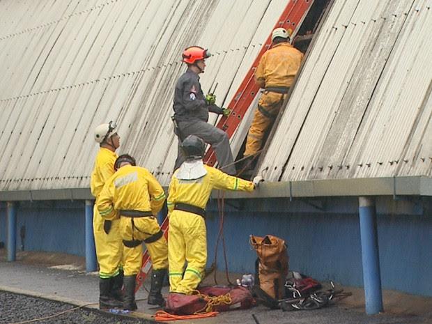 Equipe formada por 13 bombeiros trabalham desde a madrugada para resgatar corpo do operário (Foto: Reprodução/EPTV)