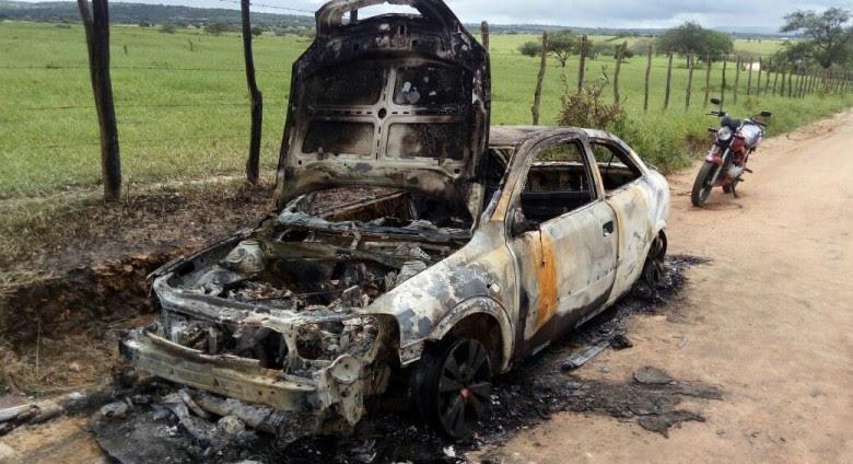 Veículo ficou totalmente destruído após ser incendiado (Foto: Reprodução/WhatsApp)