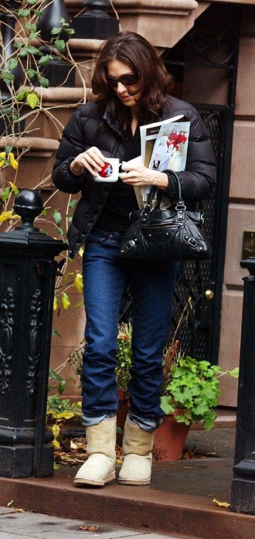 Sarah Jessica Parker las combina con vaqueros y anorak negro