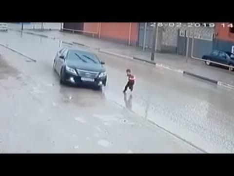 Conductor da volanazo para no atropellar a un niño