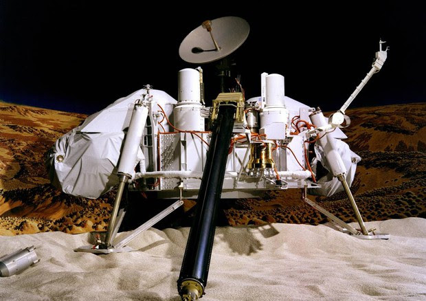 Rappresentazione artistica della missione Viking sul suolo di Marte (fonte: NASA/JPL-Caltech/University of Arizona) © Ansa