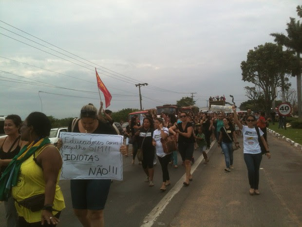 Cerca de 200 professores interditaram parte da via. (Foto: Narayanna Borges/InterTv RJ)