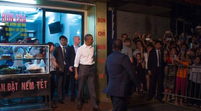 Tổng Thống Obama lúc từ quán bún chả Hương Liên bước ra hôm 23 Tháng Năm, 2016. (Hình: Getty Images/Jim Watson)