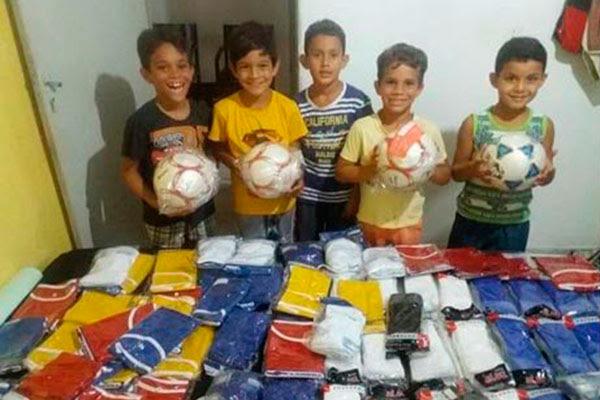 Crianças recebem todo material de apoio para praticar o futebol