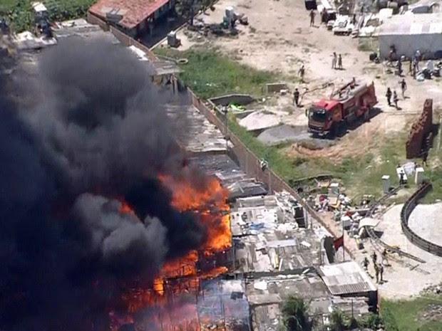 Fogo se espalhou rapidamente pela Comunidade do Plástico, na Zona Norte do Refcife (Foto: Reprodução / TV Globo)