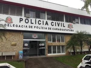 Suspeitos foram presos e levados para a delegacia de Caraguatatuba (Foto: Silas Basílio / TV Vanguarda )