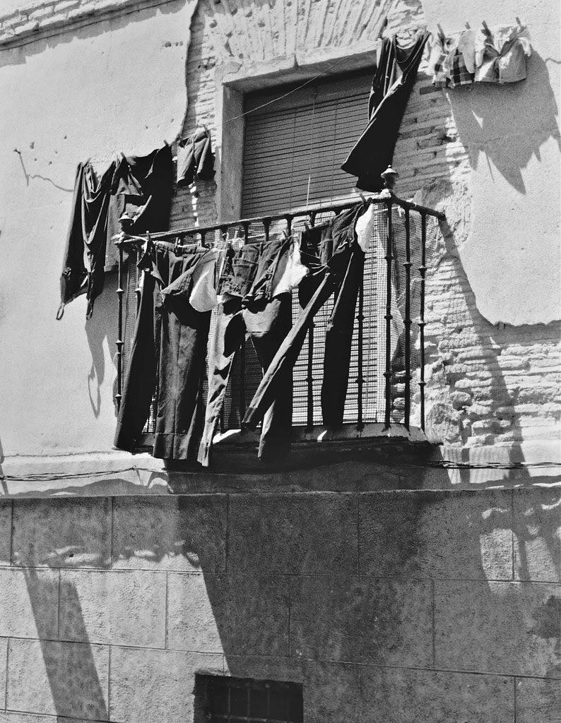 Ropa tendida en Toledo en 1967. Fotografía de John Fyfe