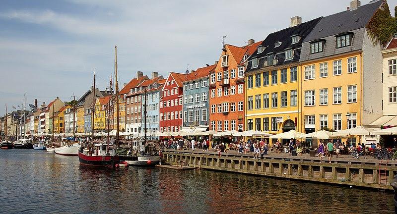 Нюхавн в Копенгагене с его разноцветными домами