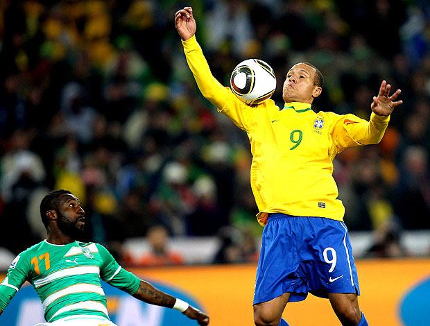 Luis Fabiano ajeita braço gol