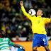 Árbitro pergunta se Luis Fabiano usou o braço no gol. Atacante nega