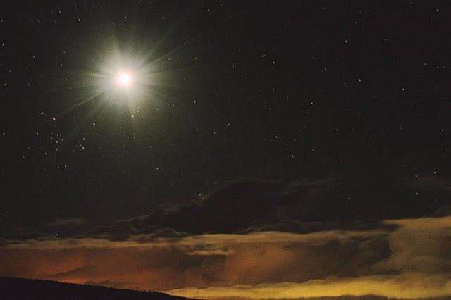 La luz de un supuesto meteorito convierte la noche en día.