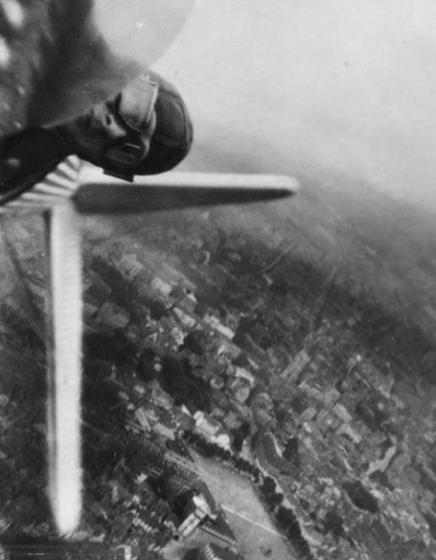 007 willi  436x560 [Mystère #11] Willi Ruge saute en parachute  photo mystere bonus